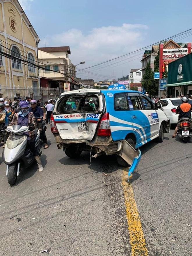 Ngồi trong ô tô đầu nát bét sau tai nạn liên hoàn, nam thanh niên vẫn lắc lư theo nhạc-5