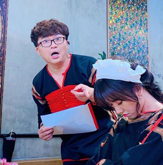 Hiếm lắm mới bình luận bài viết của Hari Won, Trấn Thành nói thế này khi bà xã ngủ gật ở trường quay-4
