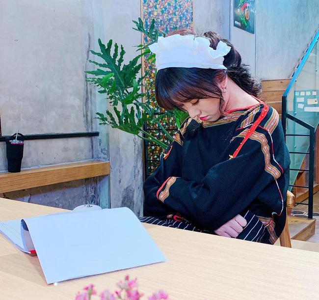 Hiếm lắm mới bình luận bài viết của Hari Won, Trấn Thành nói thế này khi bà xã ngủ gật ở trường quay-1