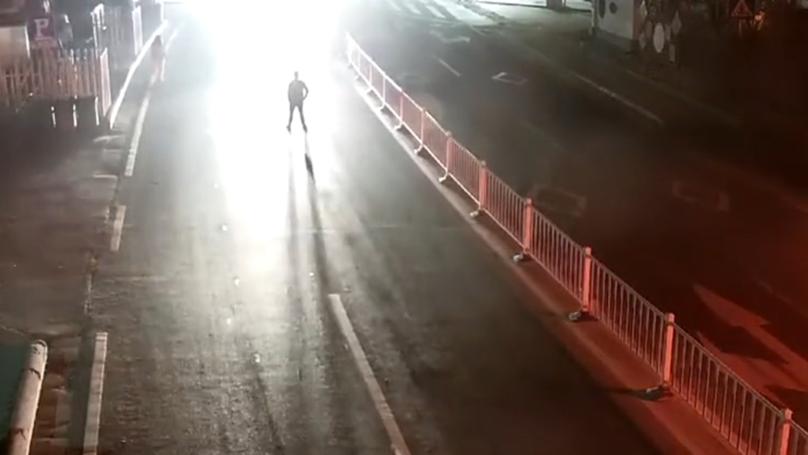 Ra giữa đường đứng định thử lòng vợ, thanh niên say rượu bị xe tải đâm văng xa chục mét-2