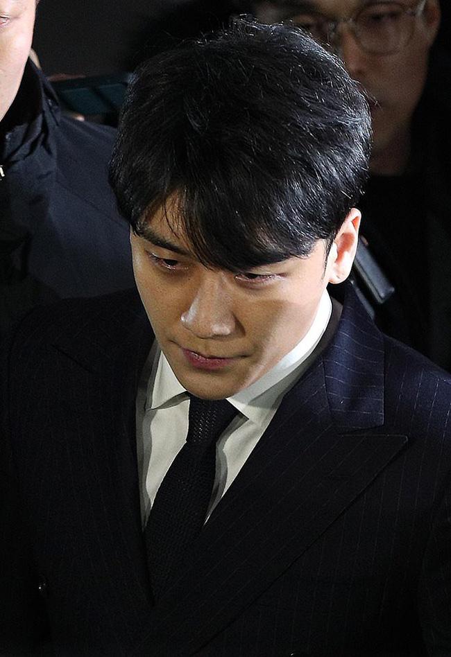 """Seungri và Jung Joon Young mặt tái nhợt vượt biển"""" người để rời sở cảnh sát sau gần 20 tiếng thẩm vấn, hé lộ chuyện giao nộp bằng chứng-1"""