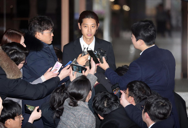 """Seungri và Jung Joon Young mặt tái nhợt vượt biển"""" người để rời sở cảnh sát sau gần 20 tiếng thẩm vấn, hé lộ chuyện giao nộp bằng chứng-2"""