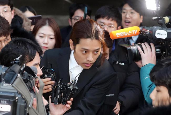 """Seungri và Jung Joon Young mặt tái nhợt vượt biển"""" người để rời sở cảnh sát sau gần 20 tiếng thẩm vấn, hé lộ chuyện giao nộp bằng chứng-3"""