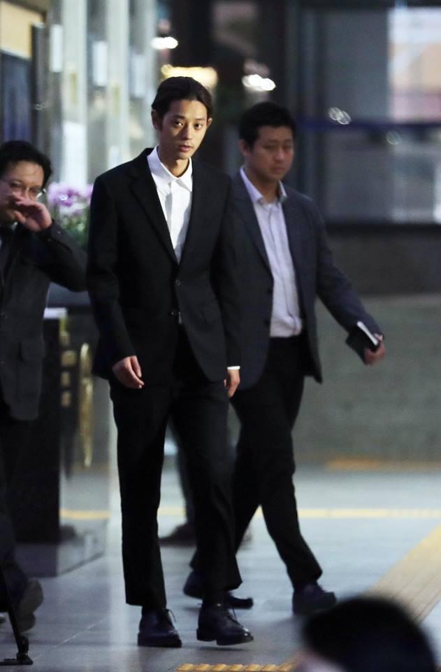 """Seungri và Jung Joon Young mặt tái nhợt vượt biển"""" người để rời sở cảnh sát sau gần 20 tiếng thẩm vấn, hé lộ chuyện giao nộp bằng chứng-5"""