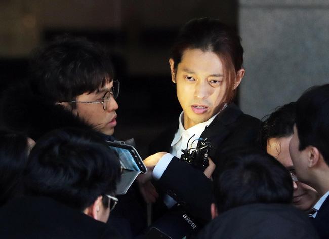 """Seungri và Jung Joon Young mặt tái nhợt vượt biển"""" người để rời sở cảnh sát sau gần 20 tiếng thẩm vấn, hé lộ chuyện giao nộp bằng chứng-6"""