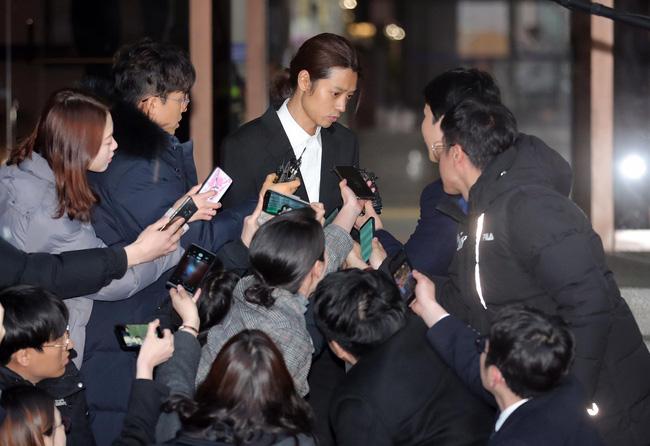 """Seungri và Jung Joon Young mặt tái nhợt vượt biển"""" người để rời sở cảnh sát sau gần 20 tiếng thẩm vấn, hé lộ chuyện giao nộp bằng chứng-7"""