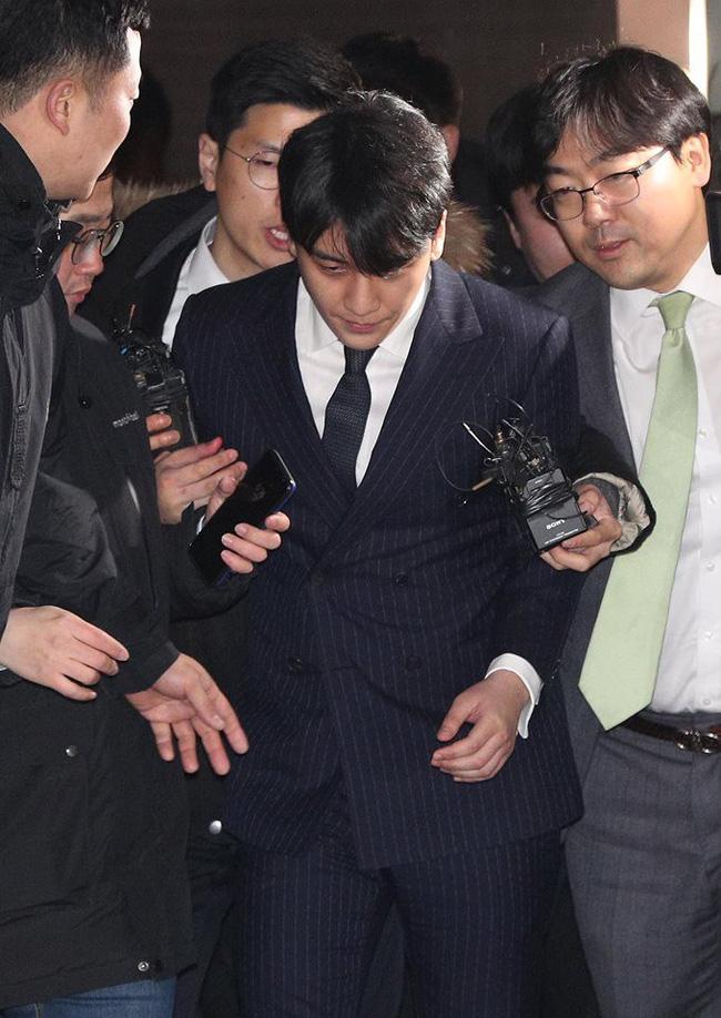 """Seungri và Jung Joon Young mặt tái nhợt vượt biển"""" người để rời sở cảnh sát sau gần 20 tiếng thẩm vấn, hé lộ chuyện giao nộp bằng chứng-8"""