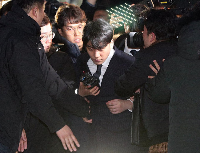 """Seungri và Jung Joon Young mặt tái nhợt vượt biển"""" người để rời sở cảnh sát sau gần 20 tiếng thẩm vấn, hé lộ chuyện giao nộp bằng chứng-9"""