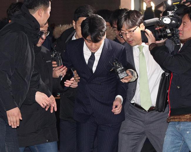 """Seungri và Jung Joon Young mặt tái nhợt vượt biển"""" người để rời sở cảnh sát sau gần 20 tiếng thẩm vấn, hé lộ chuyện giao nộp bằng chứng-10"""