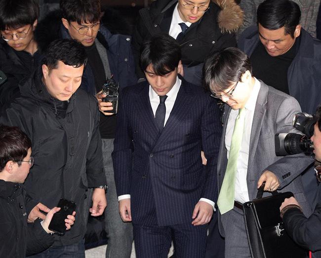 """Seungri và Jung Joon Young mặt tái nhợt vượt biển"""" người để rời sở cảnh sát sau gần 20 tiếng thẩm vấn, hé lộ chuyện giao nộp bằng chứng-11"""