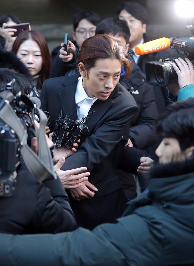 """Seungri và Jung Joon Young mặt tái nhợt vượt biển"""" người để rời sở cảnh sát sau gần 20 tiếng thẩm vấn, hé lộ chuyện giao nộp bằng chứng-12"""