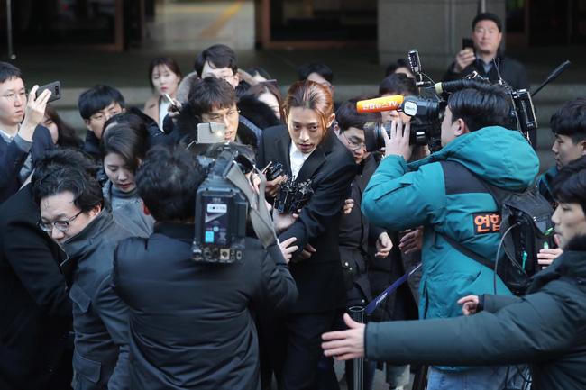 """Seungri và Jung Joon Young mặt tái nhợt vượt biển"""" người để rời sở cảnh sát sau gần 20 tiếng thẩm vấn, hé lộ chuyện giao nộp bằng chứng-13"""