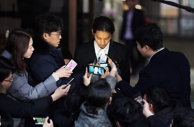 """Seungri và Jung Joon Young mặt tái nhợt vượt biển"""" người để rời sở cảnh sát sau gần 20 tiếng thẩm vấn, hé lộ chuyện giao nộp bằng chứng-14"""