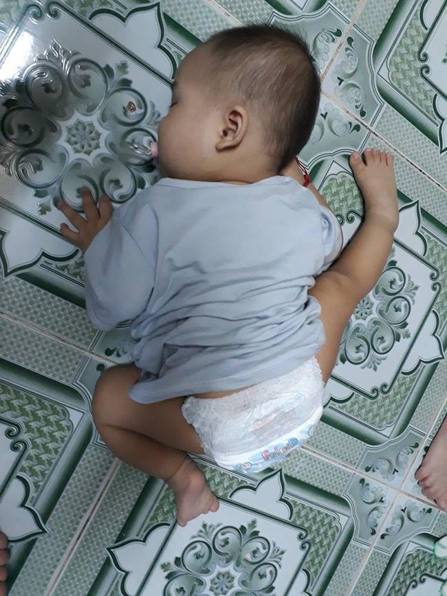 Các mẹ thi nhau khoe ảnh dáng ngủ của cục cưng nhà mình, đoán xem ai chất nhất nào-10