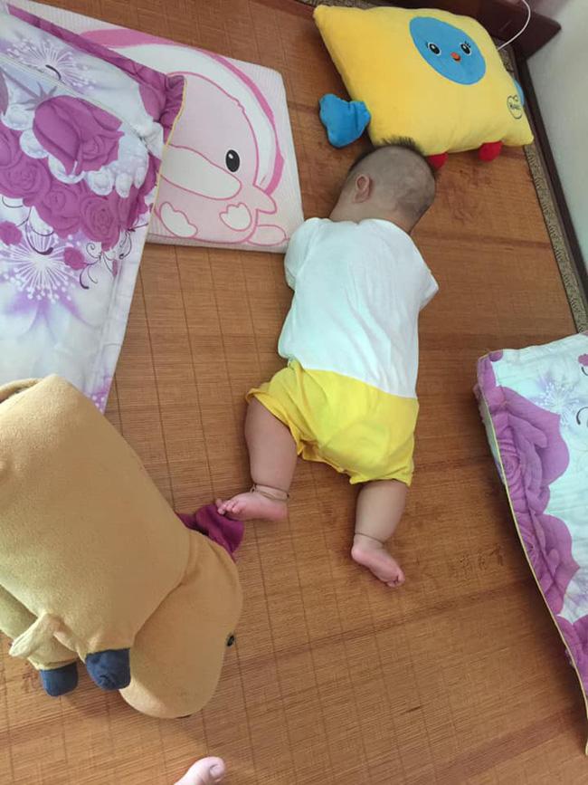 Các mẹ thi nhau khoe ảnh dáng ngủ của cục cưng nhà mình, đoán xem ai chất nhất nào-11