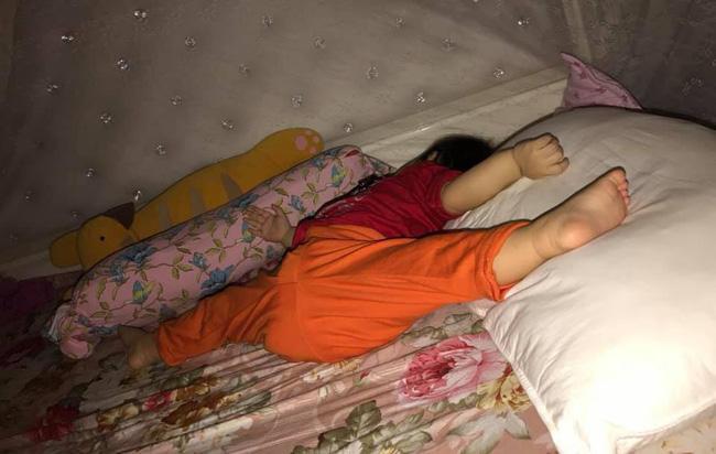 Các mẹ thi nhau khoe ảnh dáng ngủ của cục cưng nhà mình, đoán xem ai chất nhất nào-5