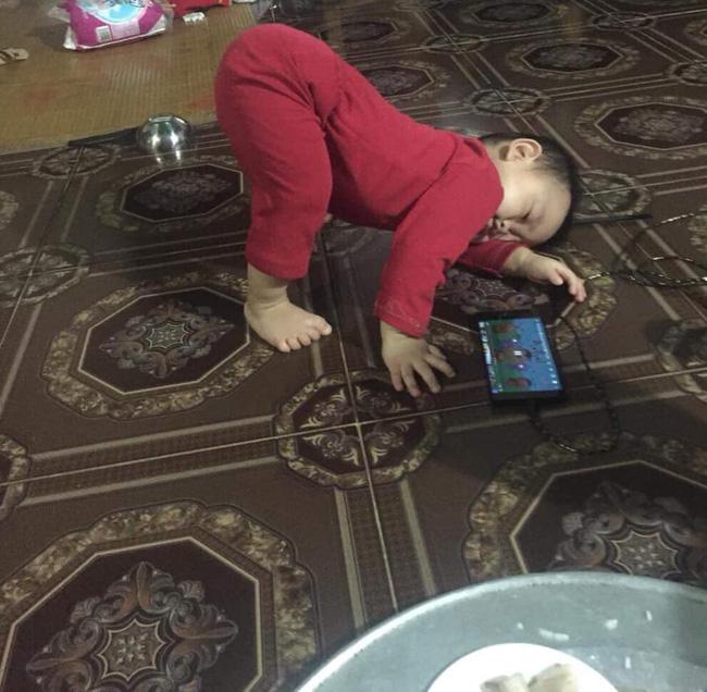Các mẹ thi nhau khoe ảnh dáng ngủ của cục cưng nhà mình, đoán xem ai chất nhất nào-9