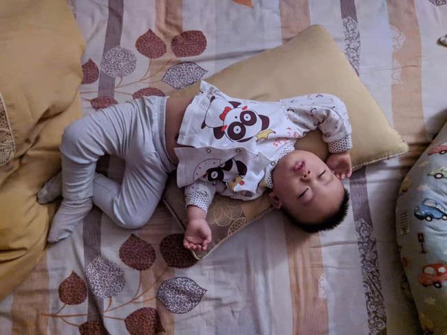 Các mẹ thi nhau khoe ảnh dáng ngủ của cục cưng nhà mình, đoán xem ai chất nhất nào-12
