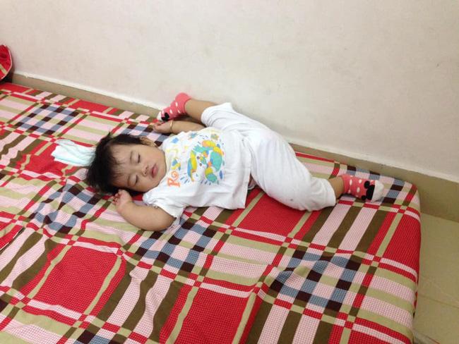 Các mẹ thi nhau khoe ảnh dáng ngủ của cục cưng nhà mình, đoán xem ai chất nhất nào-15