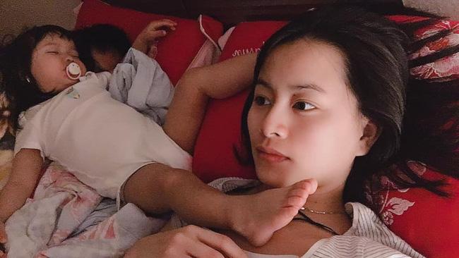 Các mẹ thi nhau khoe ảnh dáng ngủ của cục cưng nhà mình, đoán xem ai chất nhất nào-18