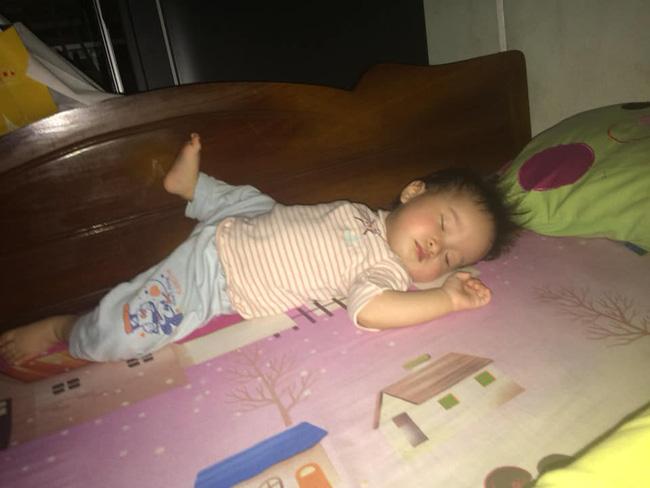 Các mẹ thi nhau khoe ảnh dáng ngủ của cục cưng nhà mình, đoán xem ai chất nhất nào-21