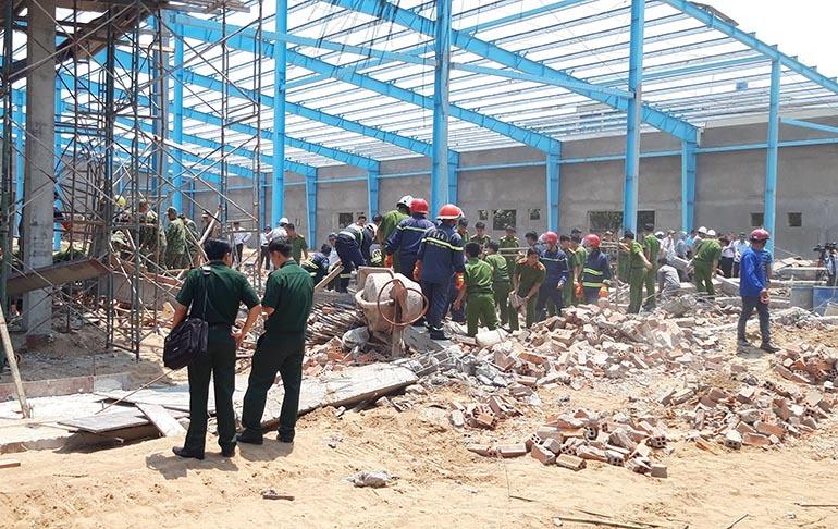 Vĩnh Long: Sập tường công trình nhà xưởng vùi lấp ít nhất 15 công nhân, 5 người tử vong-1
