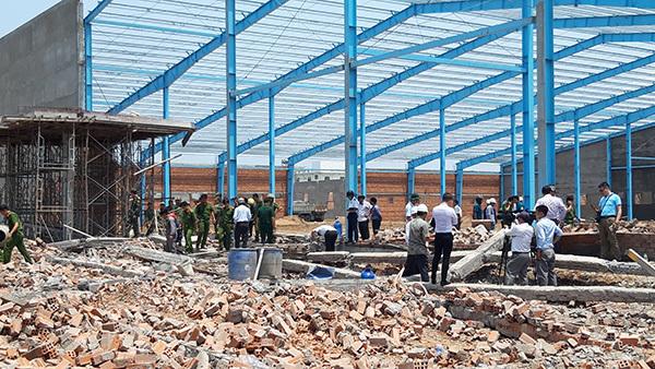 Vĩnh Long: Sập tường công trình nhà xưởng vùi lấp ít nhất 15 công nhân, 5 người tử vong-4