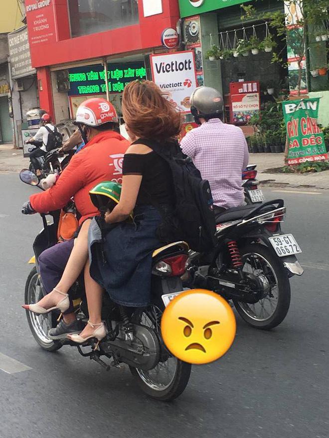Ngồi trên xe ôm, chỉ bằng một hành động cô gái khiến cả phố ngoái lại nhìn-1