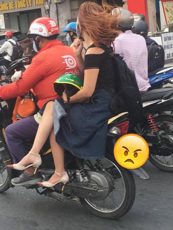 Ngồi trên xe ôm, chỉ bằng một hành động cô gái khiến cả phố ngoái lại nhìn-2