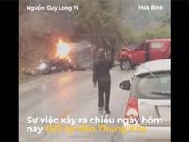 Đám đông hợp sức dập lửa cứu ôtô bị tai nạn bốc cháy ngay trên đường