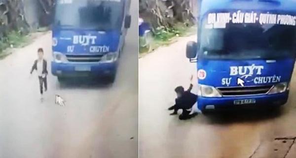 Clip: Bé trai lồm cồm đứng dậy sau pha lao sang đường ẩu rồi bị xe buýt đâm trúng khiến nhiều người hú vía-2