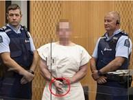 Rợn người với nụ cười và cử chỉ ngạo mạn của nghi phạm xả súng New Zealand trước tòa