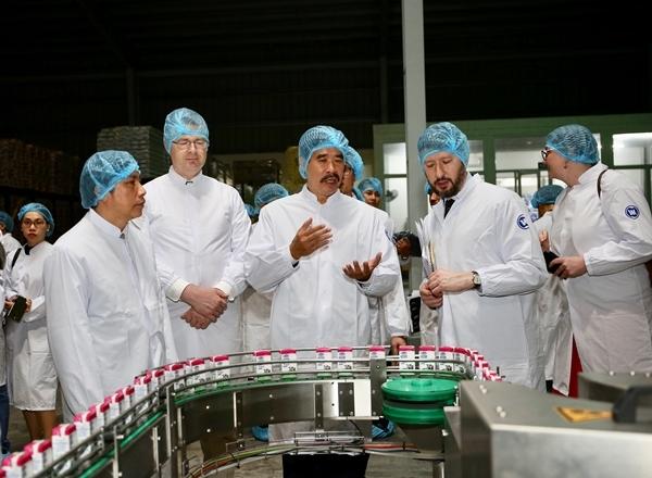 Đại sứ Mỹ tới thăm nhà máy sữa Vinamilk-2
