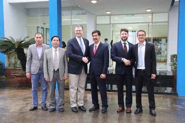 Đại sứ Mỹ tới thăm nhà máy sữa Vinamilk-4