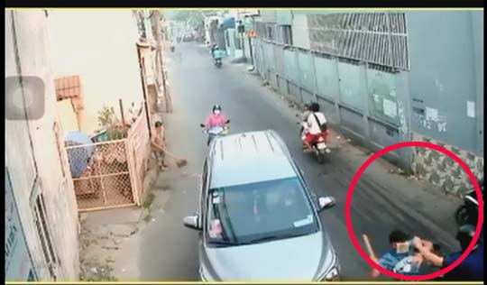 Clip: Người đàn ông bị côn đồ tấn công kinh hoàng trên đường-2