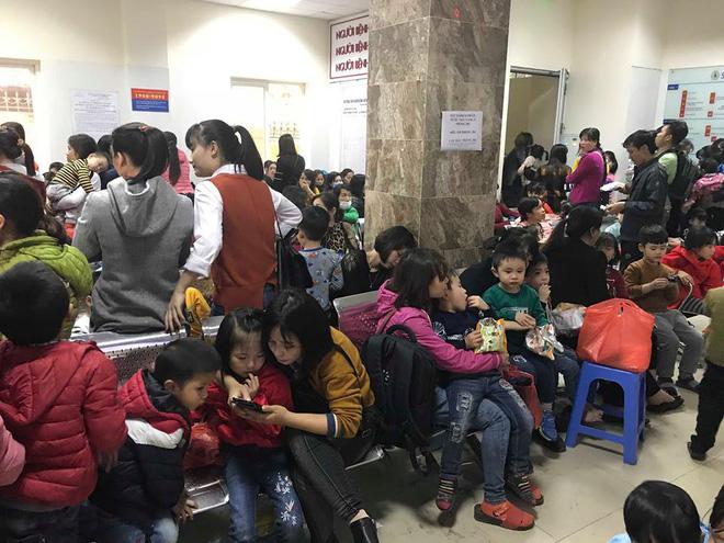 Gần 100 trẻ nhiễm sán lợn ở Bắc Ninh: Thêm hàng trăm trẻ tới Hà Nội xếp hàng để xét nghiệm-1