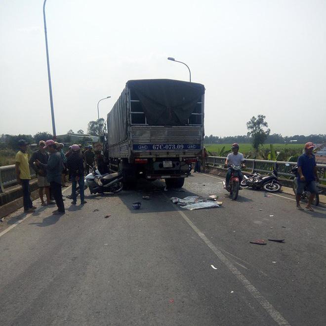 Tai nạn liên hoàn giữa xe tải và xe máy, cô gái nằm tại hiện trường khiến tất cả bị ám ảnh-1