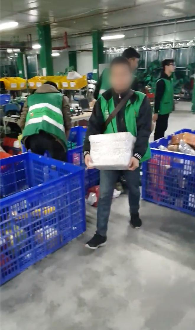 Cư dân mạng phân tích clip shipper phân loại hàng hóa bằng cách quăng ném: Vì sao vẫn có một người ôm thùng hàng nhẹ nhàng di chuyển?-2