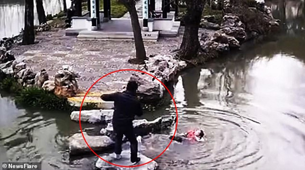 Đi chơi công viên, 2 bà cháu trượt chân ngã xuống hồ sâu và hành động của người bà khiến mọi người xúc động-1