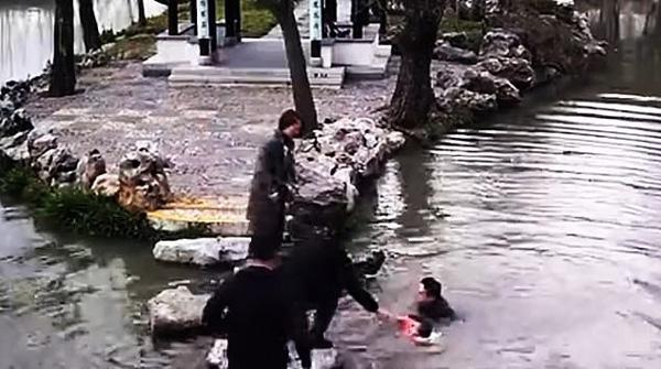 Đi chơi công viên, 2 bà cháu trượt chân ngã xuống hồ sâu và hành động của người bà khiến mọi người xúc động-2