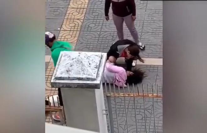 CLIP: Chồng đấm vào mặt vợ bầu, dúi ngã sõng xoài vẫn dọa đánh tiếp gây phẫn nộ-6