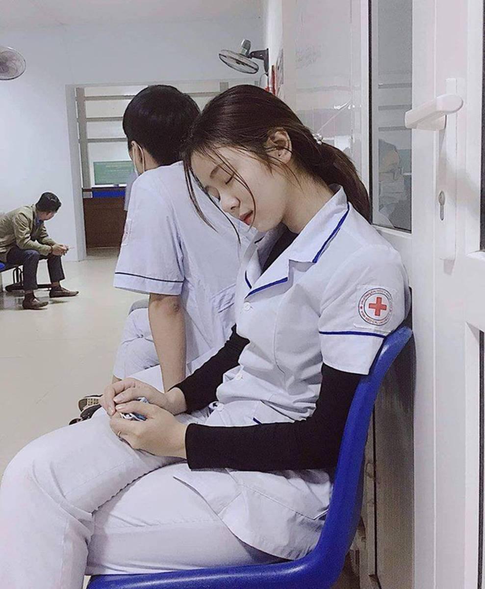 Nữ điều dưỡng gây sốt MXH vì tấm ảnh ngủ gật, nhưng thông tin về cô khiến nhiều người hụt hẫng-3