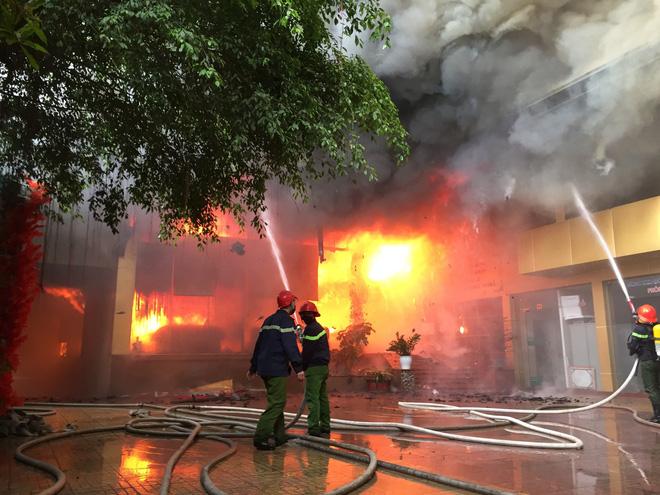 Cháy khách sạn Avatar 8 tầng: Nữ nhân viên giặt là bị ngạt khói tử vong trong phòng tắm-2
