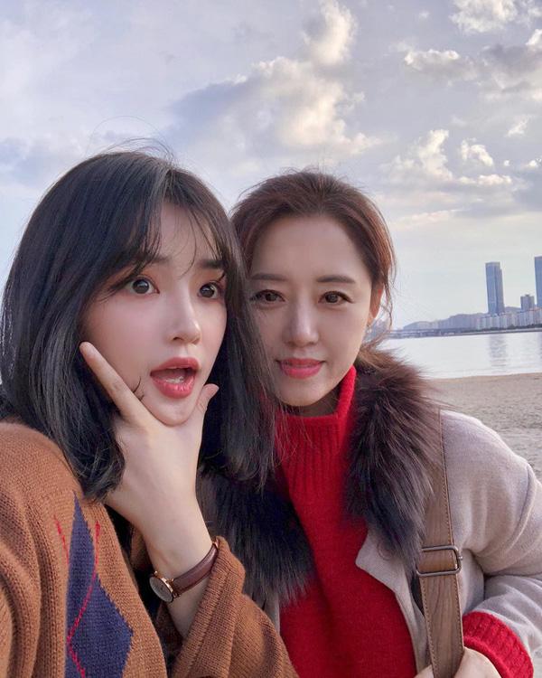 2 mẹ con hotgirl Hàn Quốc gây sốt MXH sau 3 năm: Từng trông như chị em nhưng nhan sắc hiện tại lại quá khác biệt-11