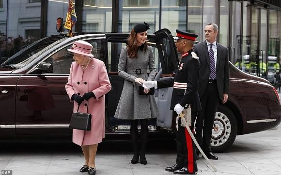 Lần đầu dự sự kiện riêng cùng Nữ hoàng, Kate Middleton thể hiện đẳng cấp thời trang và cách ứng xử của 1 Hoàng hậu tương lai-5