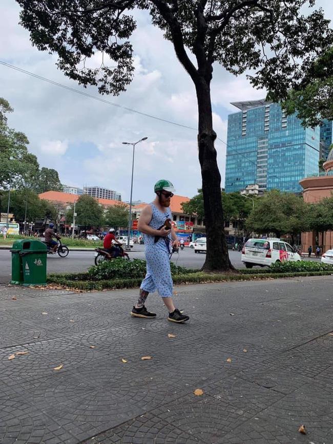 Ai cũng cười khi thấy anh Tây mặc đồ bộ, đội mũ Grab, bế gà đi dạo giữa phố Sài Gòn, hóa ra lý do là...-1