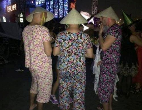 Ai cũng cười khi thấy anh Tây mặc đồ bộ, đội mũ Grab, bế gà đi dạo giữa phố Sài Gòn, hóa ra lý do là...-3