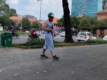 Ai cũng cười khi thấy anh Tây mặc đồ bộ, đội mũ Grab, bế gà đi dạo giữa phố Sài Gòn, hóa ra lý do là...
