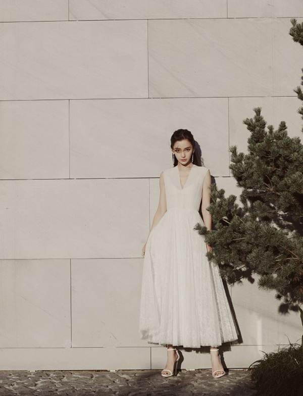 Angelababy diện váy khoét sâu 'lấp ló' vòng một căng đầy-8