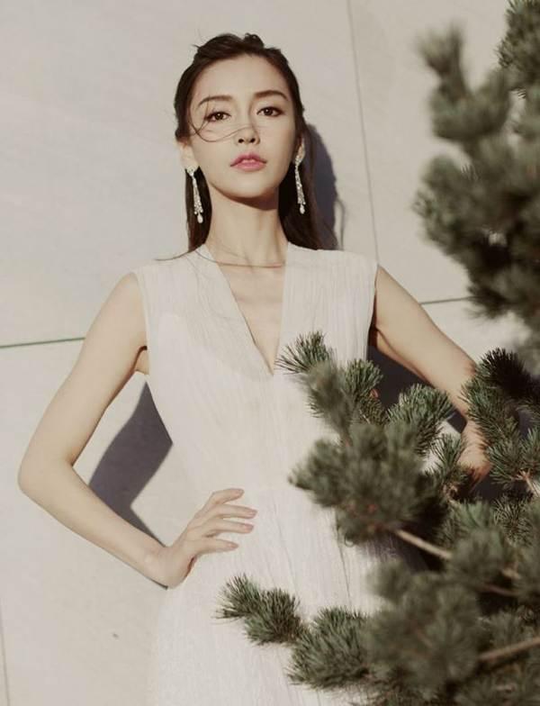 Angelababy diện váy khoét sâu 'lấp ló' vòng một căng đầy-11